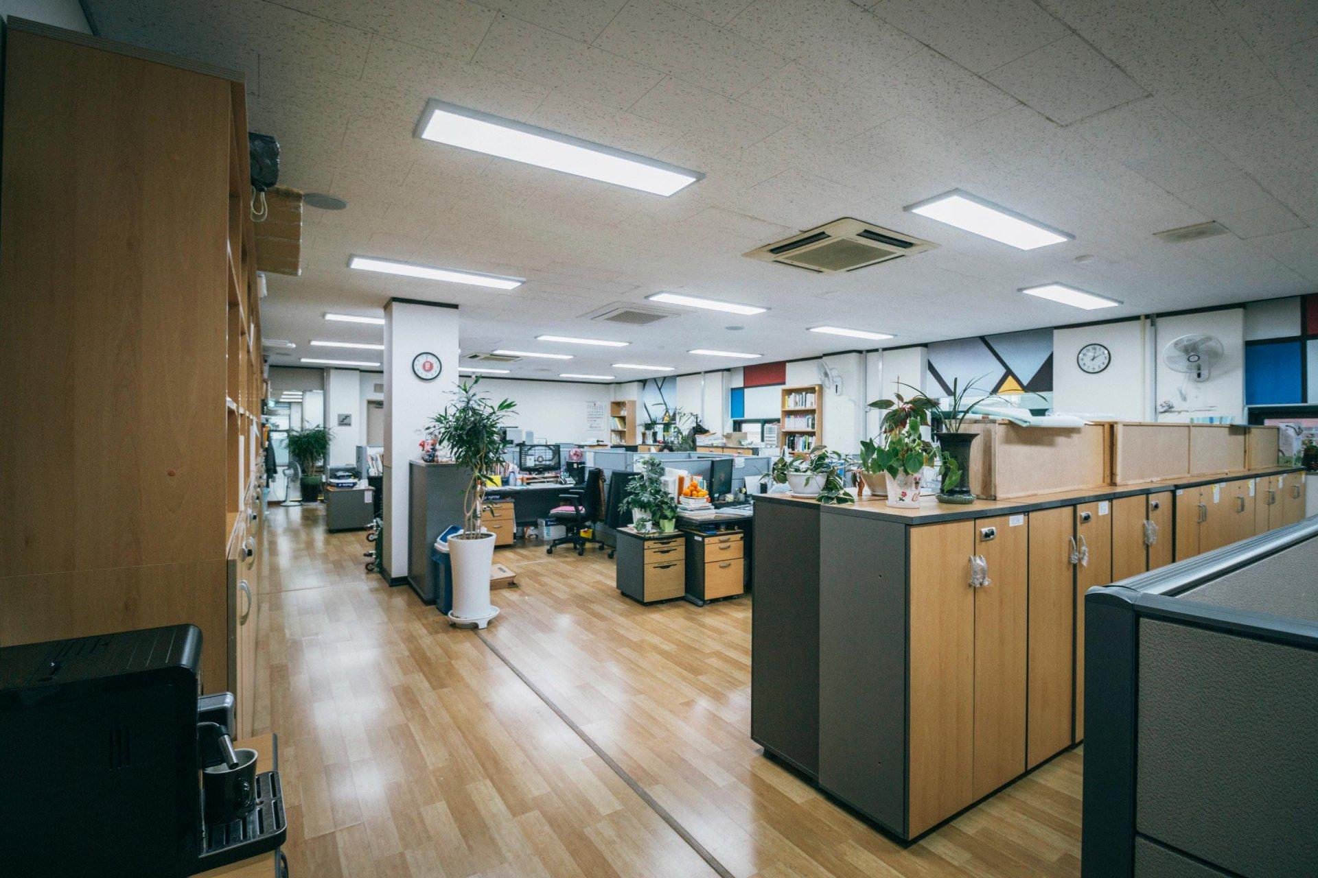 사무용 집기와 책상이 보이는 사무실 모습.