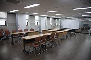 책상과 의자가 놓여져 있는 강의장